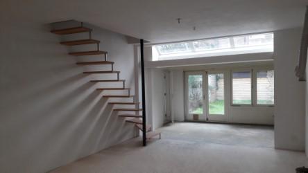 Stalen trap met houten tredes
